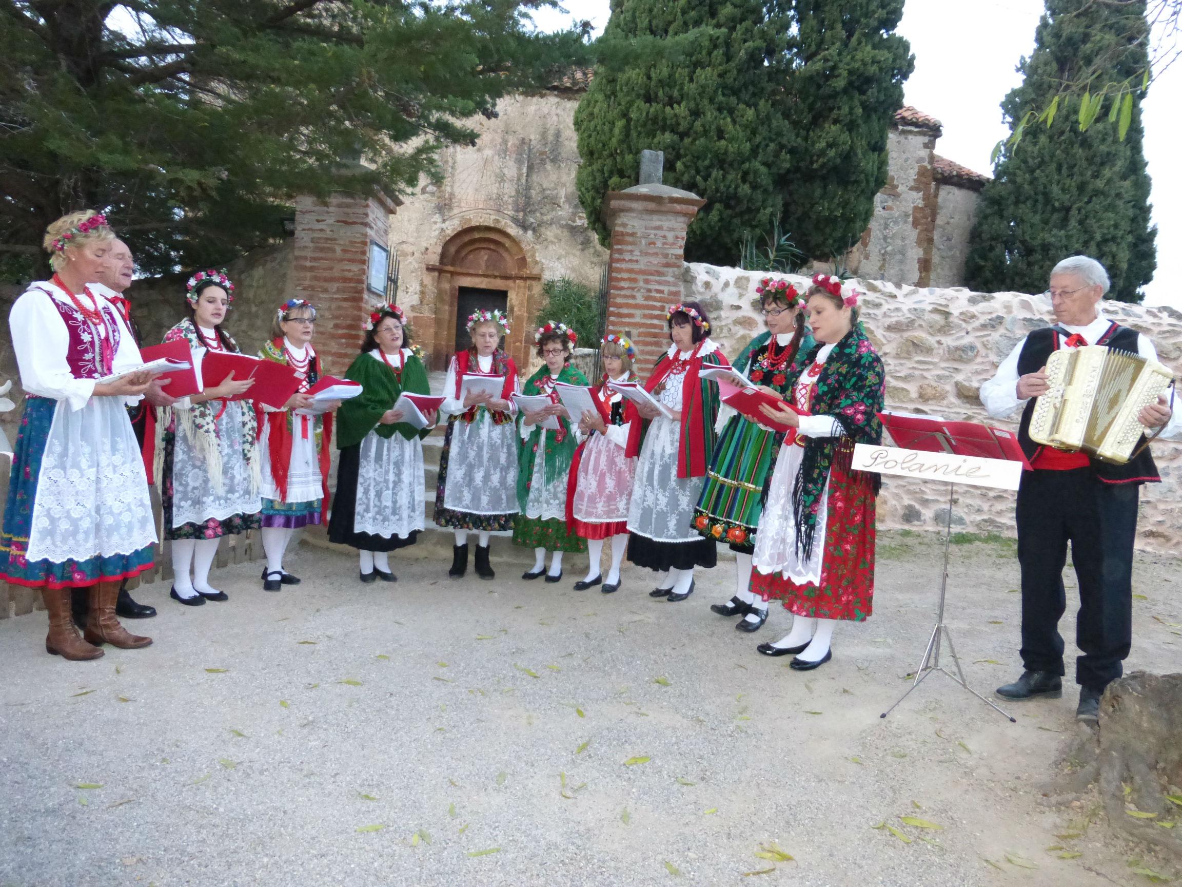 Polanie chante des cantiques de Noël à Castelnou